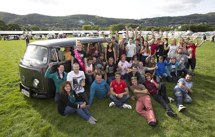 """""""18 pessoas e meia"""" dentro de uma Volkswagen de 1974 Camper Van"""